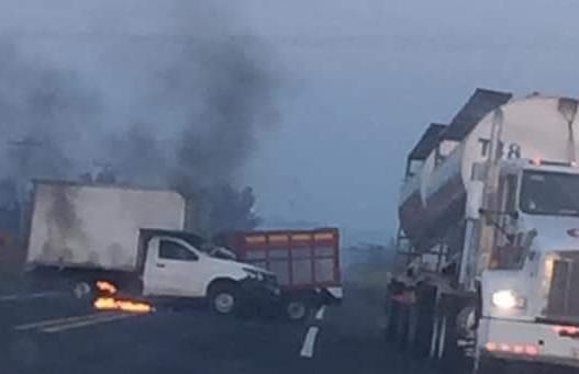 Accidente carretero deja sólo pérdidas materiales en entrada al Bayo, Alvarado