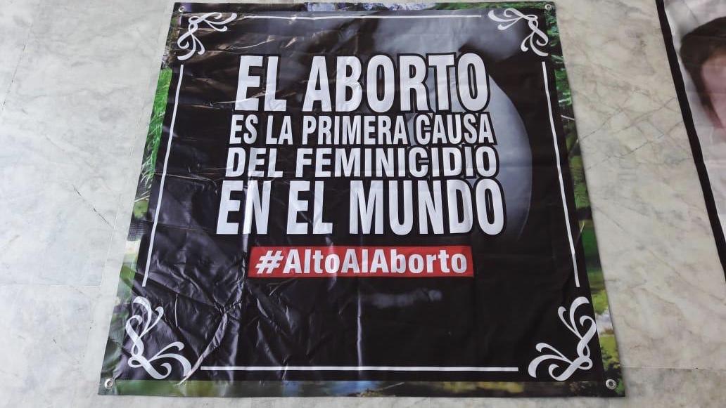 Le montan exposición-protesta a Mónica Robles en el Congreso