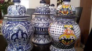 Platos, jarrones, floreros y azulejos dejan de ser artículos comunes cuando están hechos de cerámica de Talavera