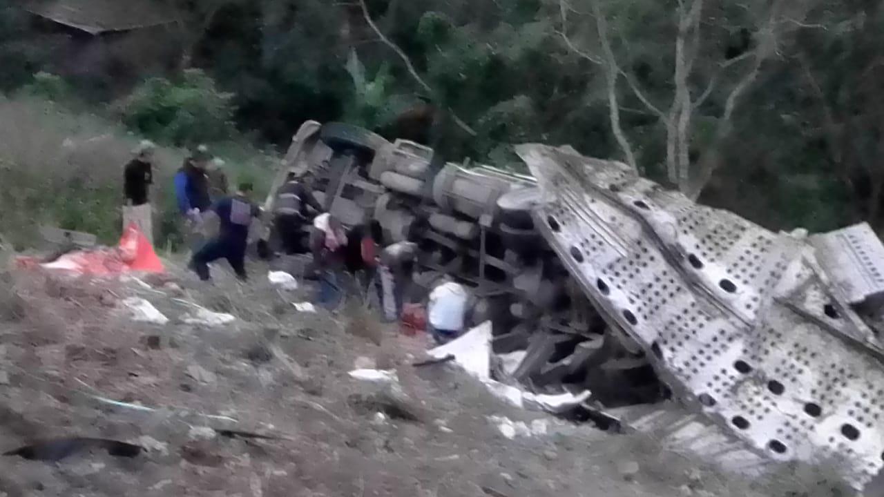 En  Cerro Azul Veracruz se volcó un tractocamión.