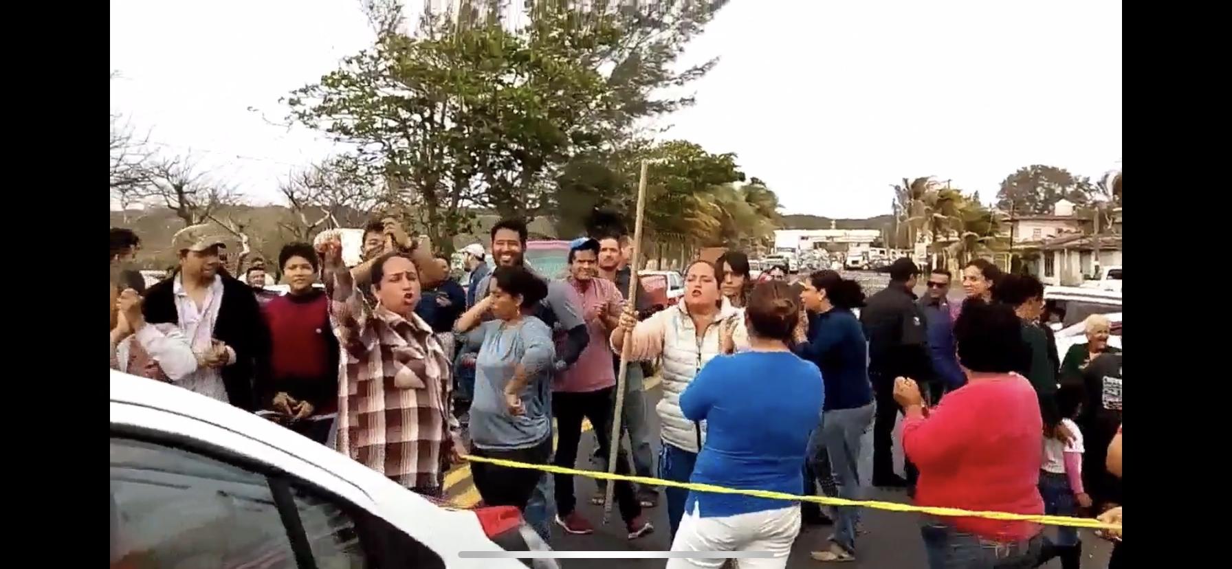 Habitantes de Paso Nacional hacen manifestación por falta de energía.