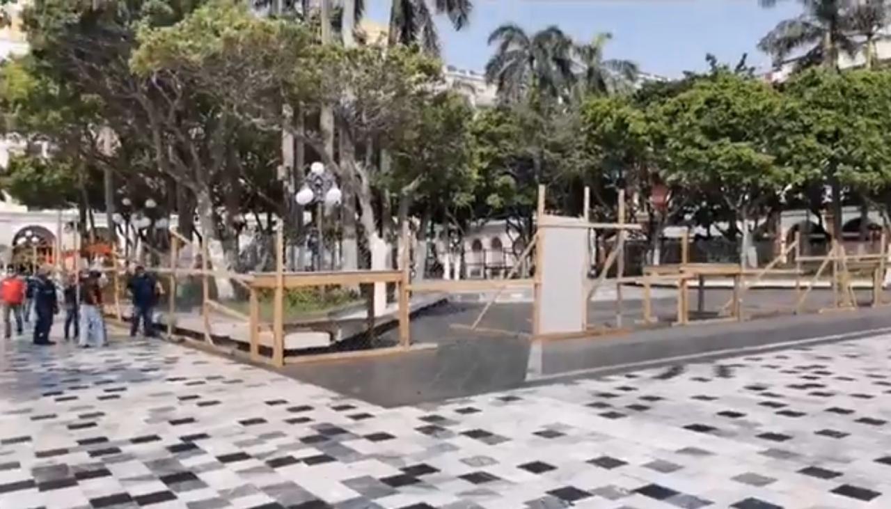 Acordonan el zócalo de Veracruz para prevenir contagios de Covid.