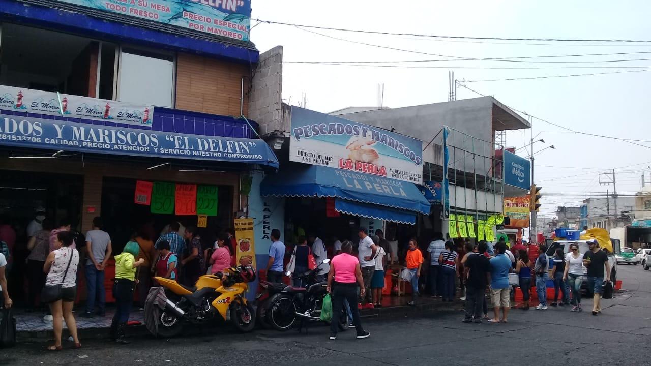 En mercado La Rontonda de Xalapa, no respetan la sana distancia ni toman precauciones.