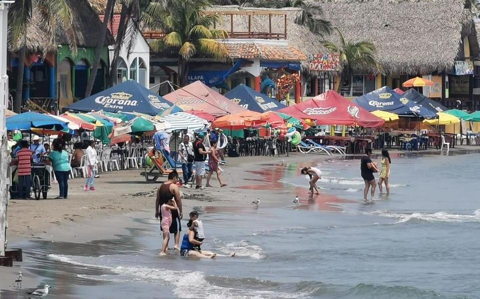 Turistas a pesar de las indicaciones siguen visitando las playas de Veracruz