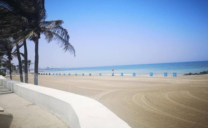 Azul turquesa de playas, por cuarentena y falta de agua en ríos