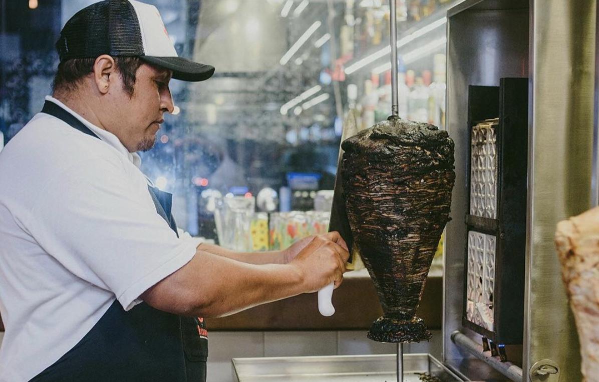 Tacos de pastor negro, el nuevo platillo que está conquistando México