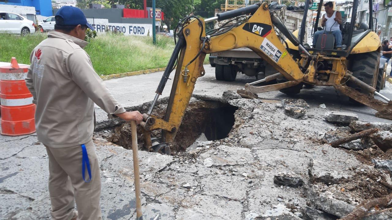 Tras intensas lluvias, se abre socavón en avenida Maestros Veracruzanos