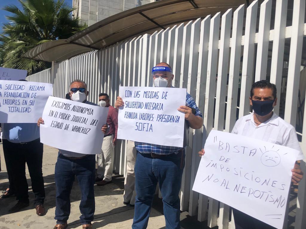 Protestan barras y colegios de abogados contra parálisis del TSJ
