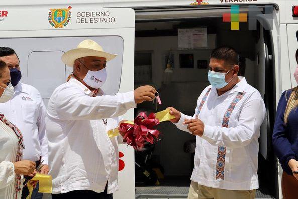 Entrega el secretario Eric Cisneros ambulancia y apoyos del DIF en Tamalín
