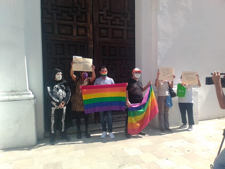 Miembros de la LGBT clausuran simbólicamente la Catedral de Veracruz.