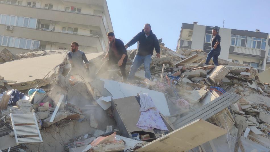 El terremoto del Egeo deja ya 75 fallecidos y casi 900 heridos mientras continúan las réplicas