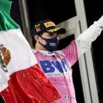 Checo Pérez hace historia y vence en el caos Mercedes, Carlos Sainz roza el podio