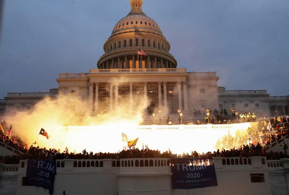 Protestas en Washington se cobran la vida de una mujer baleada en el Capitolio; hay toque de queda