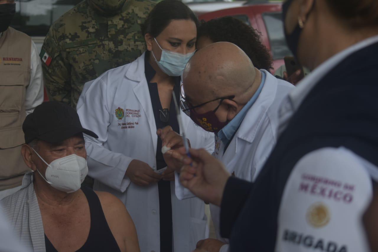 Aplican primera vacuna AstraZeneca a adulto mayor de Puente Nacional