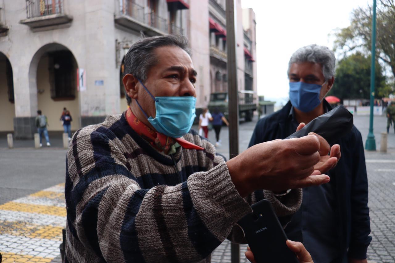 En su cara le dice al Alcalde que su hijo está secuestrado y que la policía pudo estar involucrada