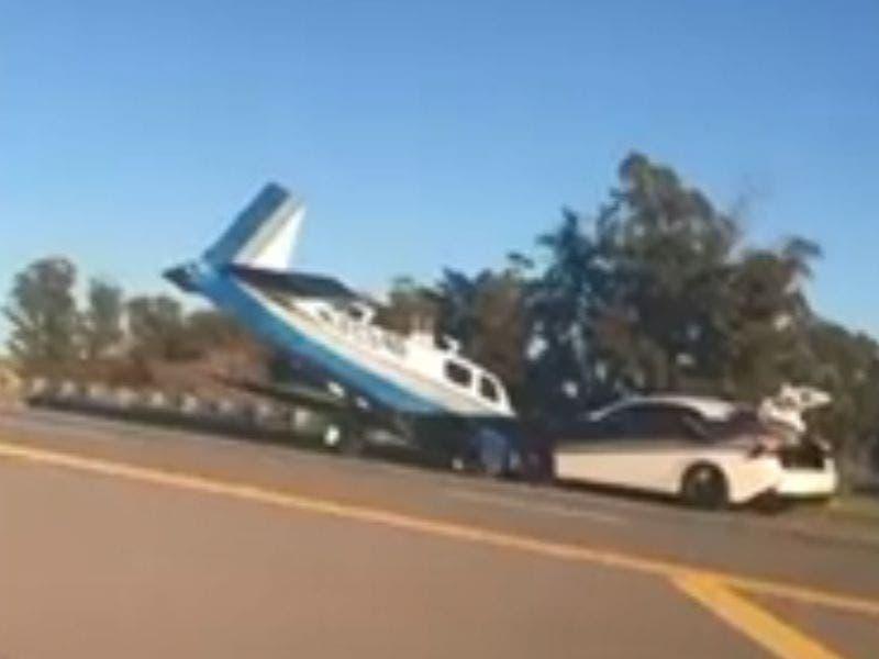 Avioneta se estrella contra un automóvil