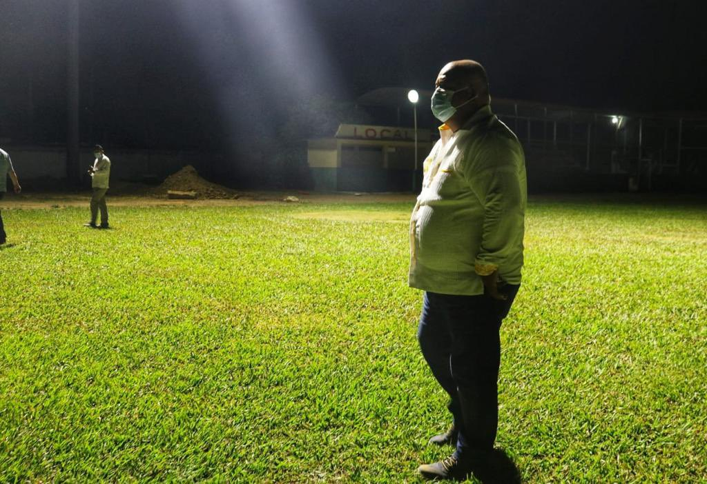 Supervisó Eric Cisneros alumbrado de parque de beisbol en Otatitlán