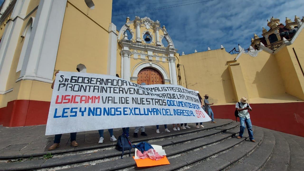 Egresados normalistas exigen que reciban documentos para plazas