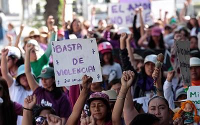 Conmemoran mujeres Día Internacional entre consignas en el Zócalo capitalino