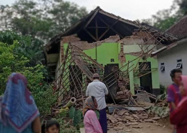 Terremoto deja al menos seis muertos en la isla de Java, Indonesia