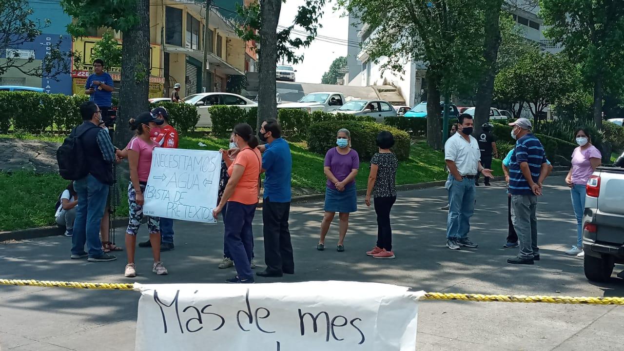 Cierran cruce vial para protestar por falta de agua
