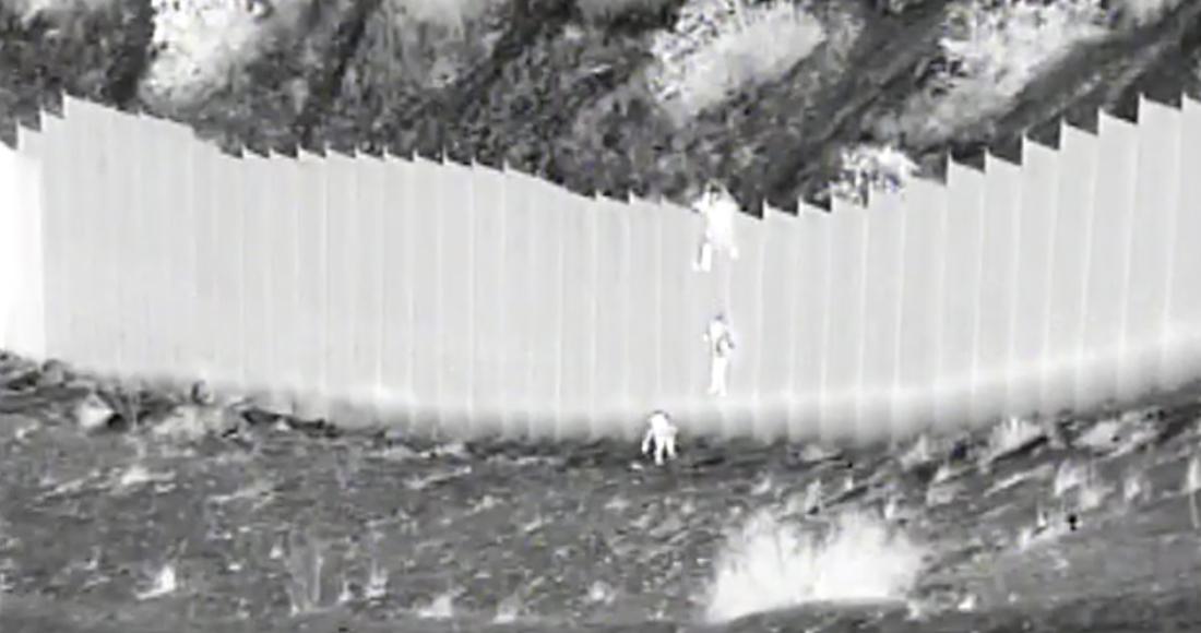 #Video Un hombre deja caer a dos niñas migrantes desde el muro fronterizo con México