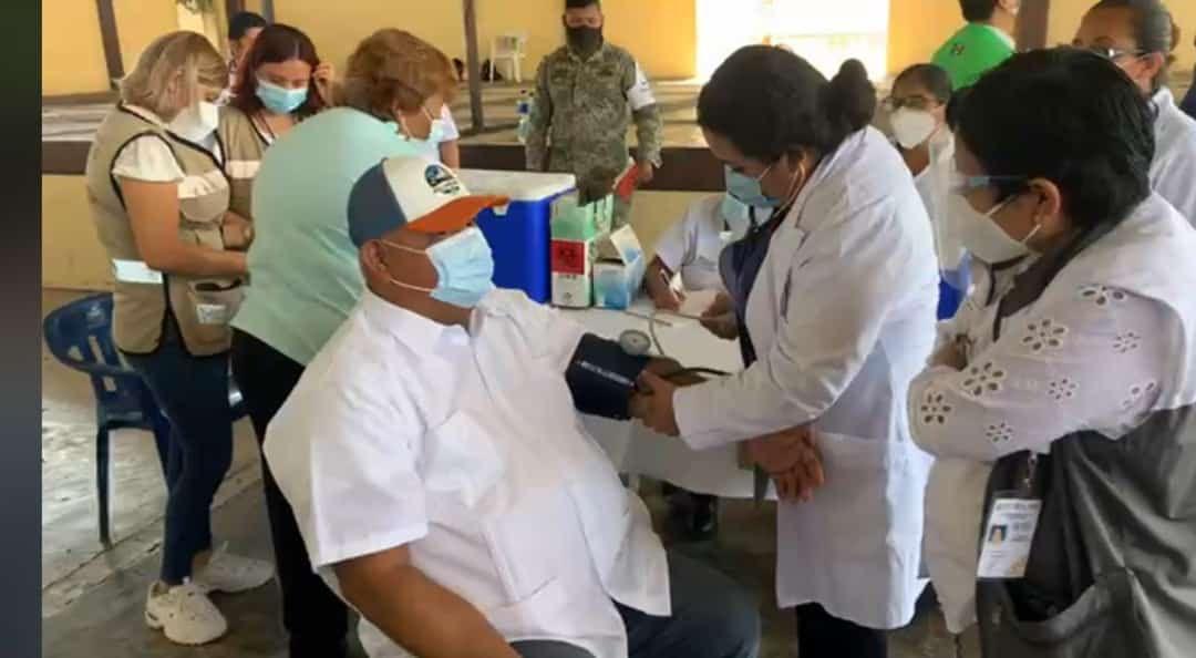 Vacunan a Eric Cisneros contra Covid-19