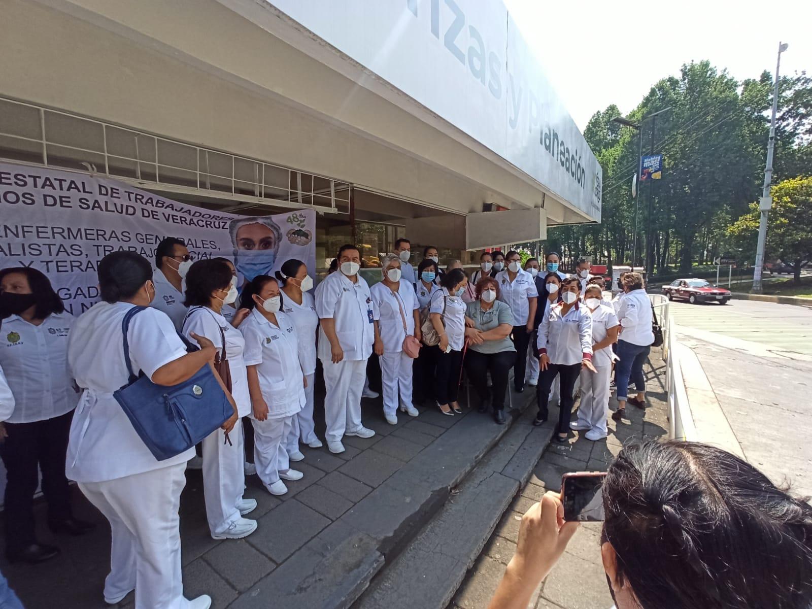 """Protestan enfermeras, terapistas y trabajadores sociales para exigir recursos de """"profesionalización docente"""""""