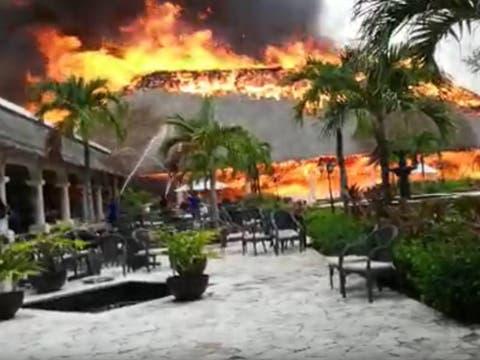 Incendio consume dos palapas de un hotel en Playa del Carmen