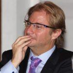 Juez gira orden para detener al escritor Andrés Roemer por violación