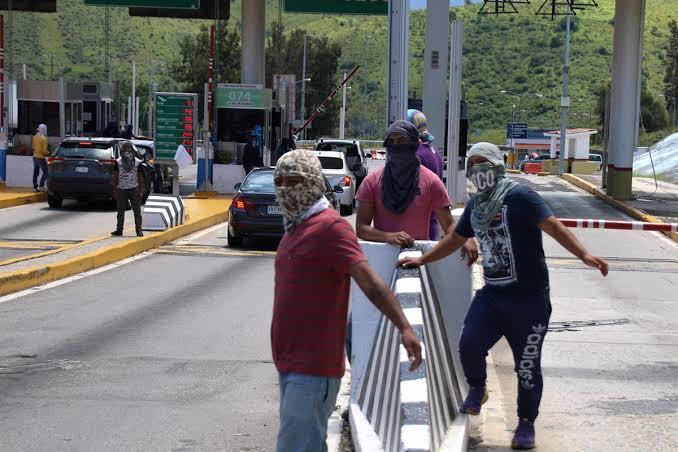 Padres de normalistas de Ayotzinapa toman caseta de Palo Blanco