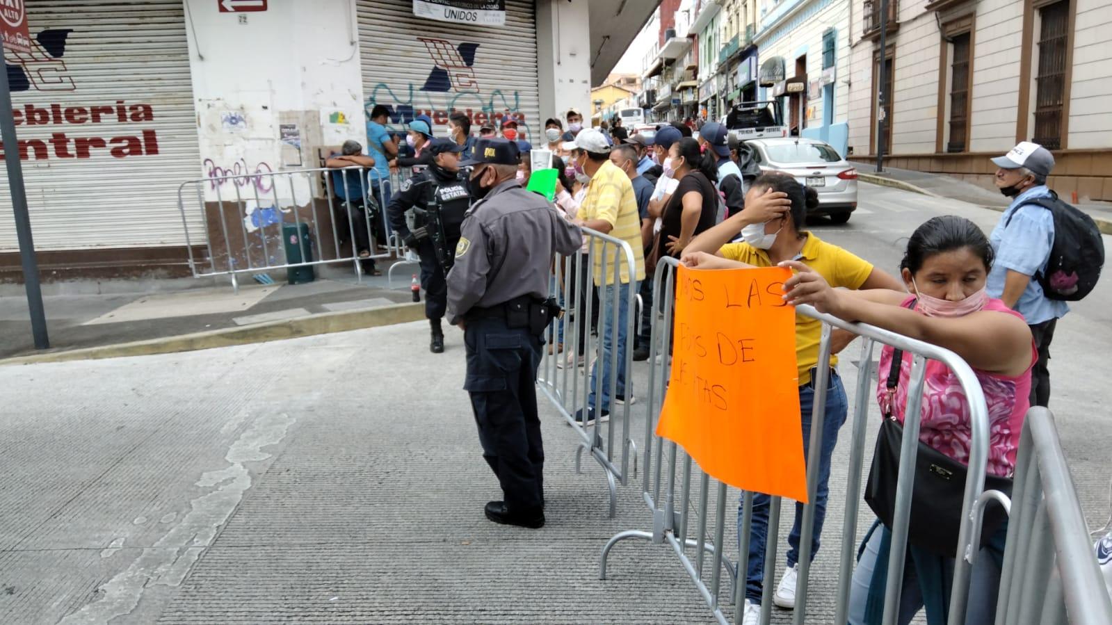 Simpatizantes del PRI de Tepatlaxco protestan ante el OPLE por validar triunfo de candidato del PAN