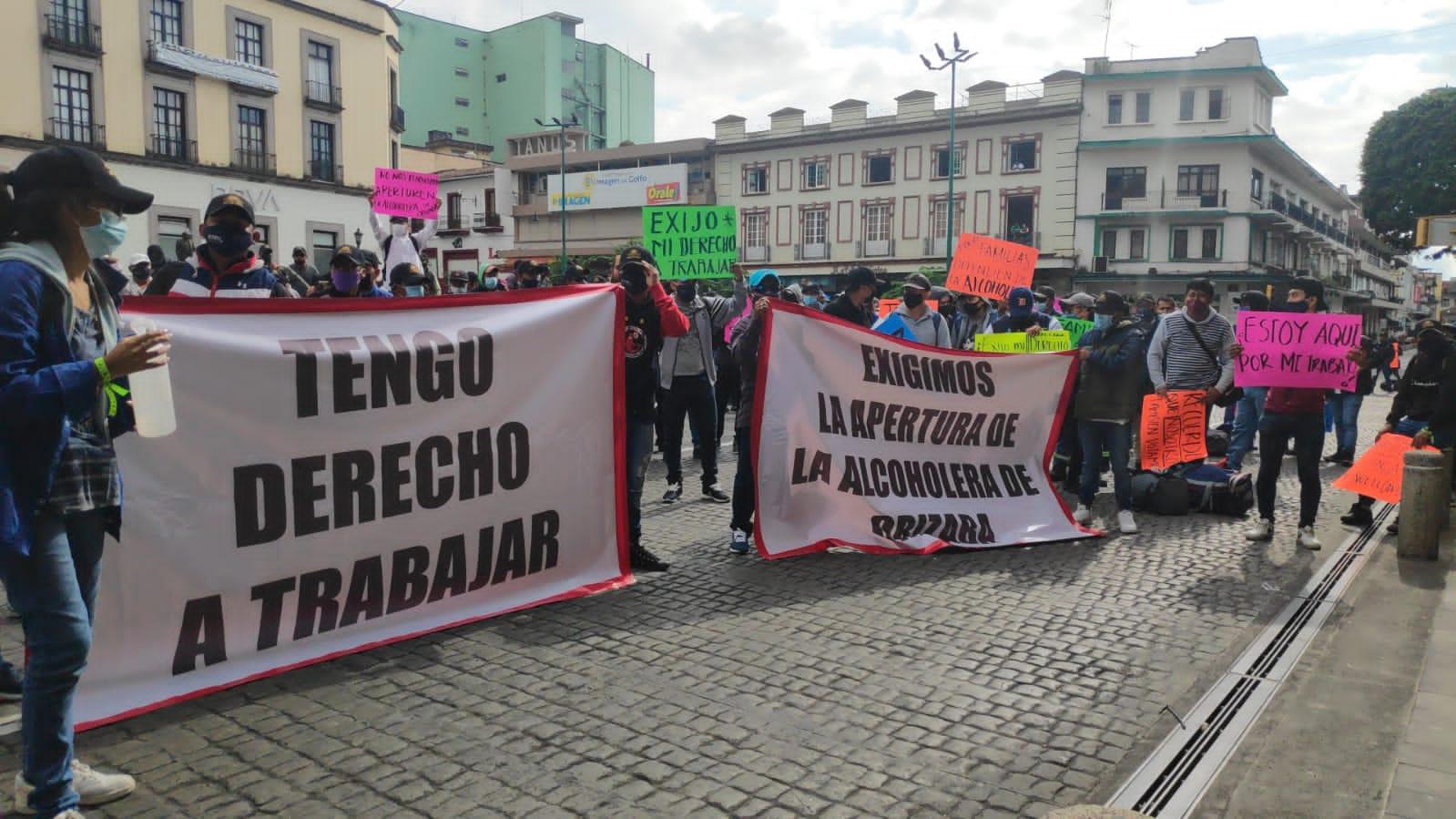 Cientos de trabajadores de la alcoholera de Orizaba protestan frente a Palacio