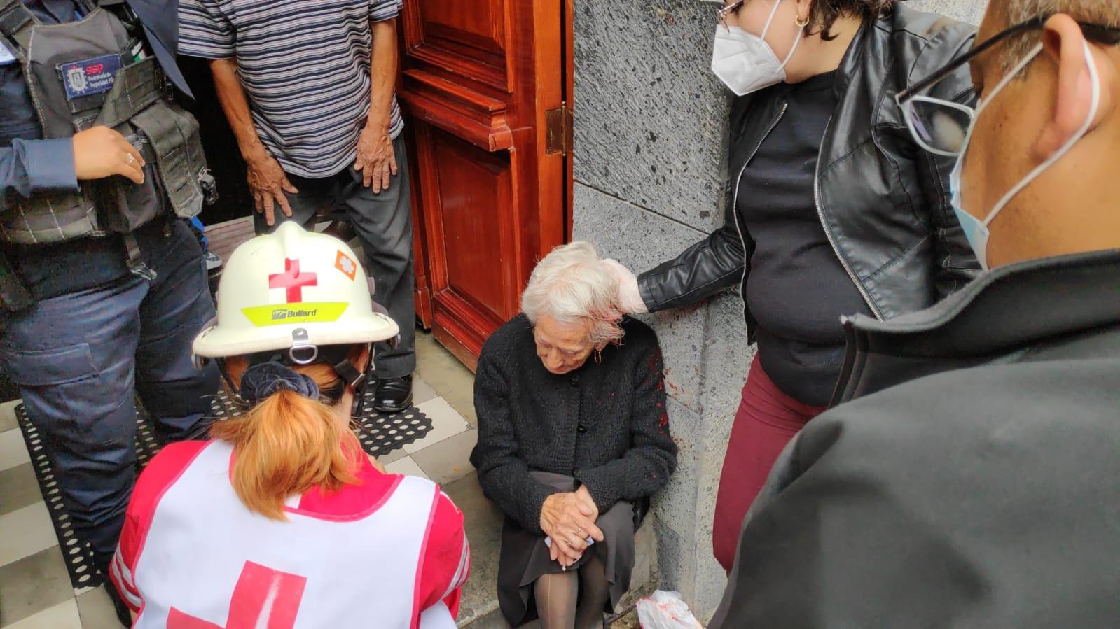 Abuelita sufre caída antes de llegar a misa, Arzobispo la invita a quedarse a la homilía