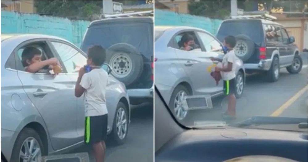 Niño regala juguete a Niño de la calle en crucero vehicular