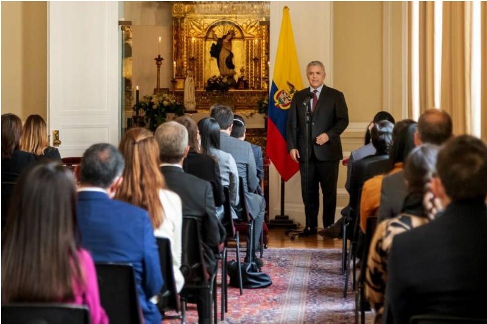 Atacan a balazos helicóptero del presidente colombiano.