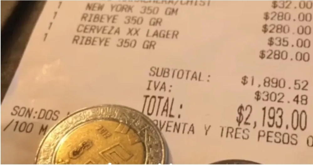 Mesero recibe cuenta de 2 mil pesos y propina de 7 pesos