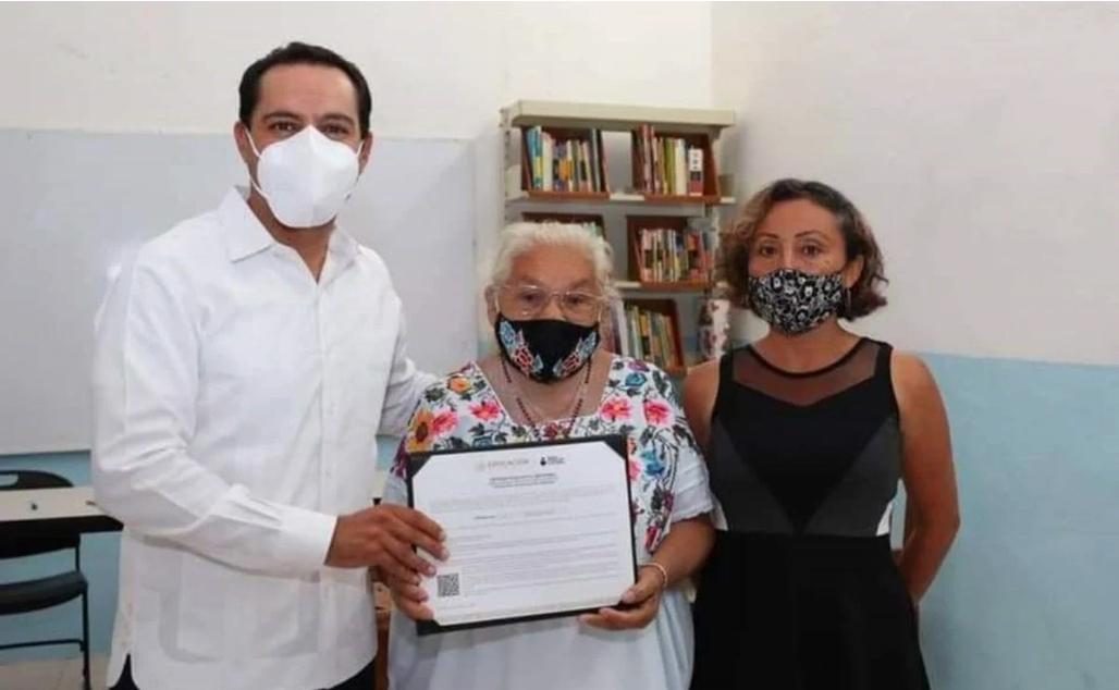 Con 70 años María Luisa terminó sus estudios de primaria en Yucatán.