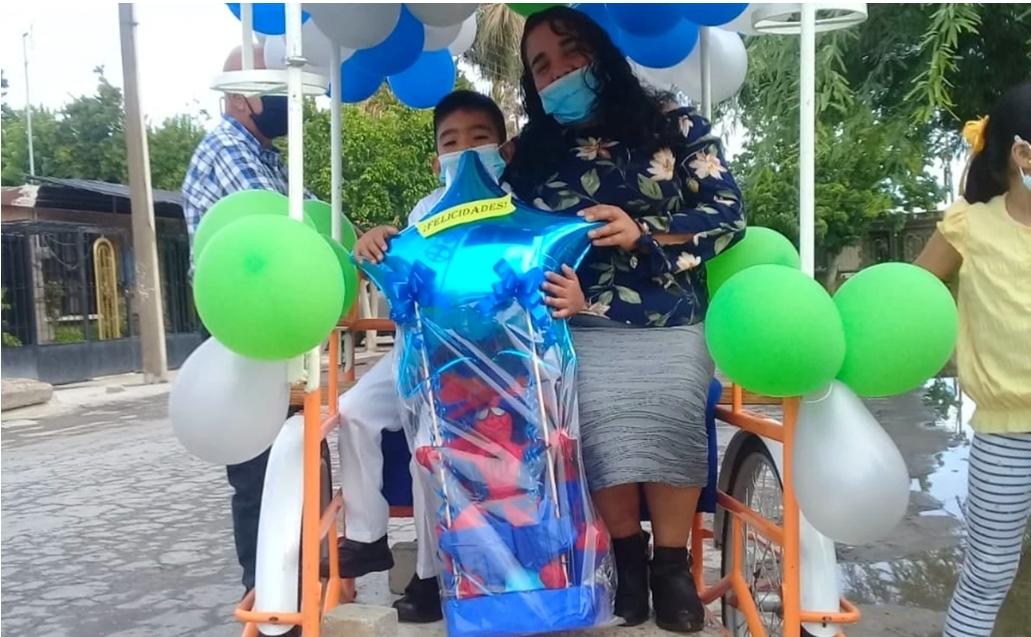 Se hace viral cara a de graduación en triciclo.
