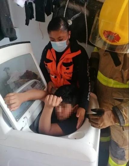 Niño queda atorado en una lavadora en Puebla, PC lo rescata