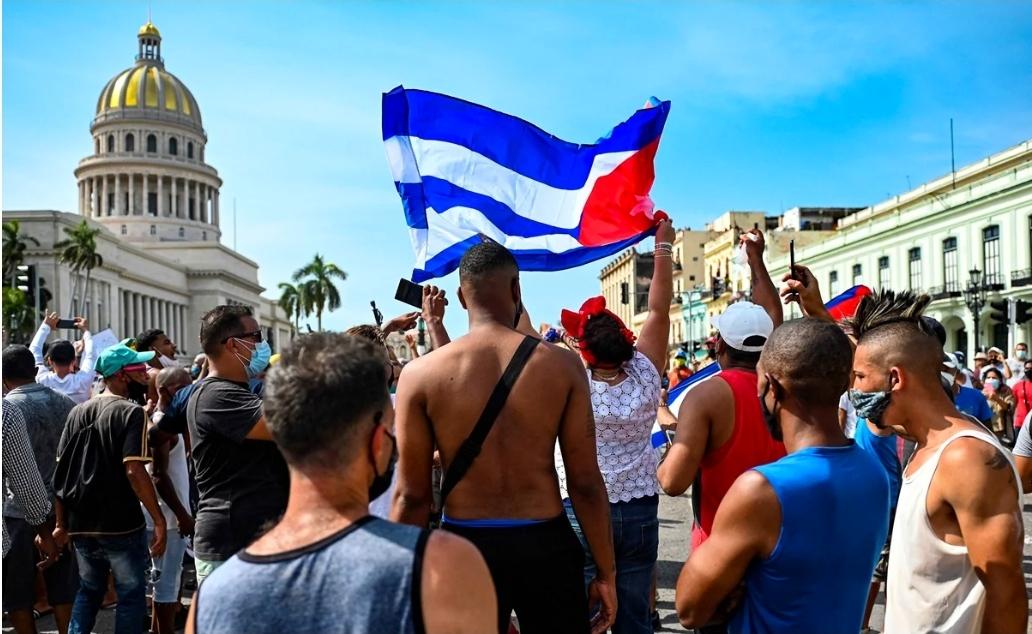 Presidente de Cuba acusa a EU de manifestaciones y asfixia económica
