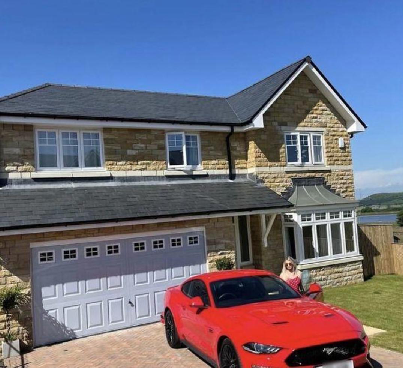 Con sueldo de Onlyfans compra mansión de 24 mdp y autos de lujo.
